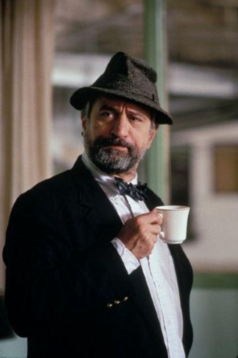 Als Brean (Robert De Niro) beschließt, die Aufmerksamkeit der Medien mit Hilfe des Filmproduzenten Motss auf einen erfundenen Krieg zu lenken, um vo... - Bildquelle: New Line Productions, Inc.
