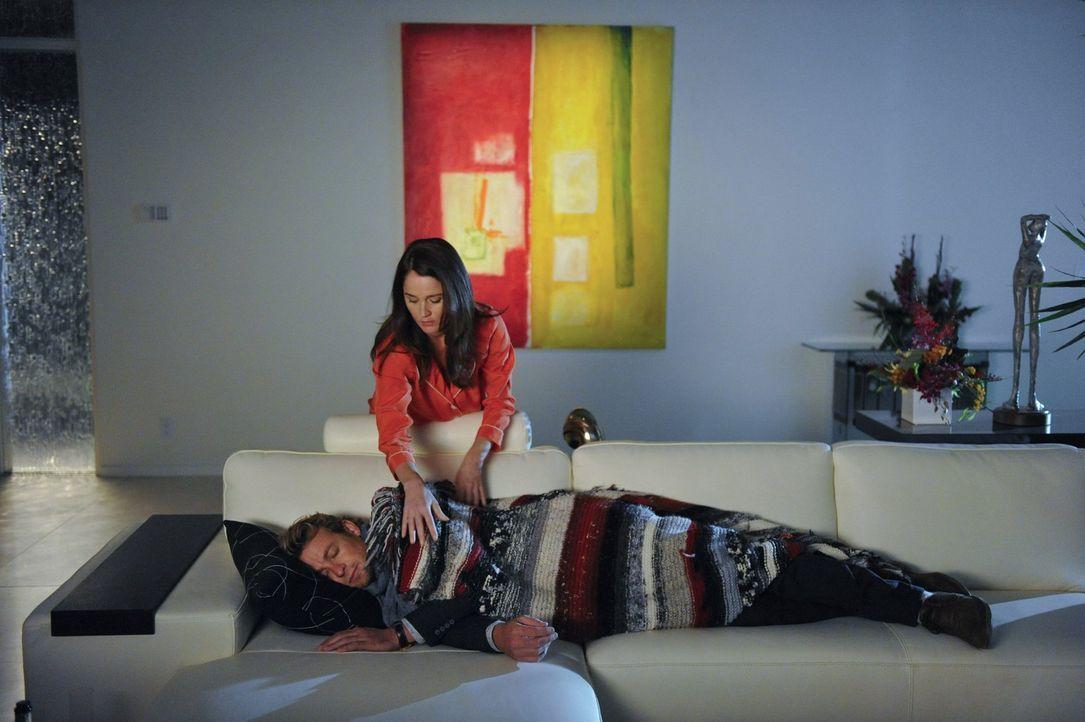 Ermitteln macht müde: Teresa Lisbon (Robin Tunney, oben) und Patrick Jane (Simon Baker, unten) ... - Bildquelle: Warner Bros. Television