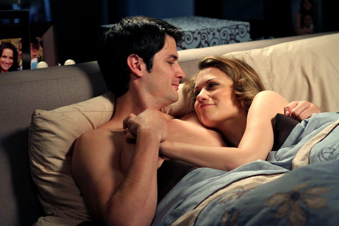 Glauben, endlich wieder ein normales Familien- und Liebesleben führen zu können: Nathan (James Lafferty, l.) und Haley (Bethany Joy Lenz, r.) ... - Bildquelle: Warner Bros. Pictures