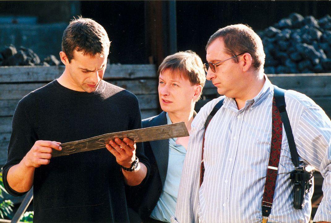 Kommissar Brandtner (Gedeon Burkhard, l.) bekommt angesichts des Nummernschildes eine Idee. Böck (Heinz Weixelbraun, M.) und Höllerer (Wolf Bachofne... - Bildquelle: Ali Schafler Sat.1
