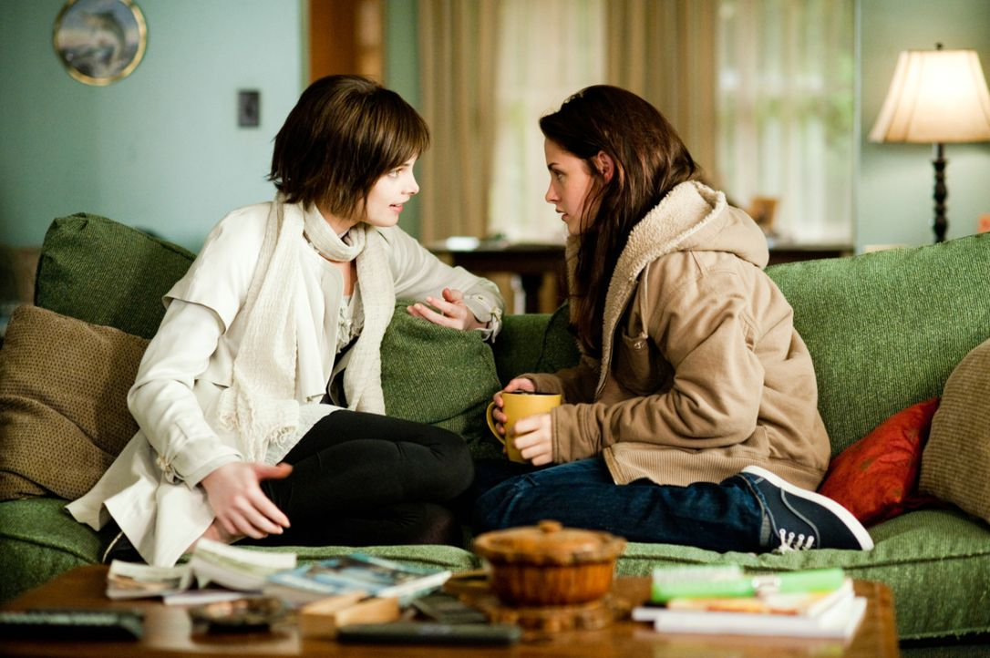 Als Alice (Ashley Greene, l.) Bella (Kristen Stewart, r.) erzählt, dass sich Edward auf eine obskure Weise umbringen will, beginnt für die beiden... - Bildquelle: 2009 Concorde Filmverleih GmbH