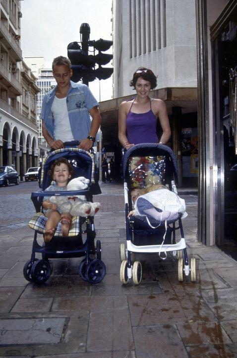 Nicht nur als Babysitter überaus erfolgreich: Oliver (Tom Wlaschiha, l.) ... - Bildquelle: David Bloomer ProSieben