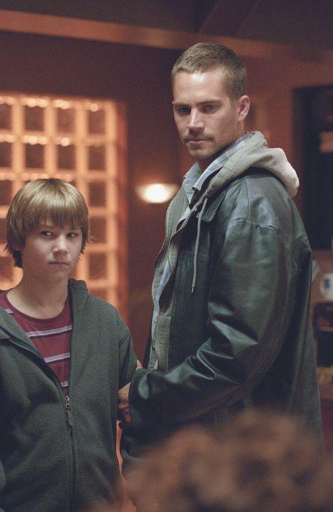 Joey Gazelle (Paul Walker, r.) ist ein kleiner Gangster, der für die richtig bösen Übeltäter die Mordwaffen verschwinden lassen soll. Eines Tages en... - Bildquelle: Licensed by E.M.S. New Media AG