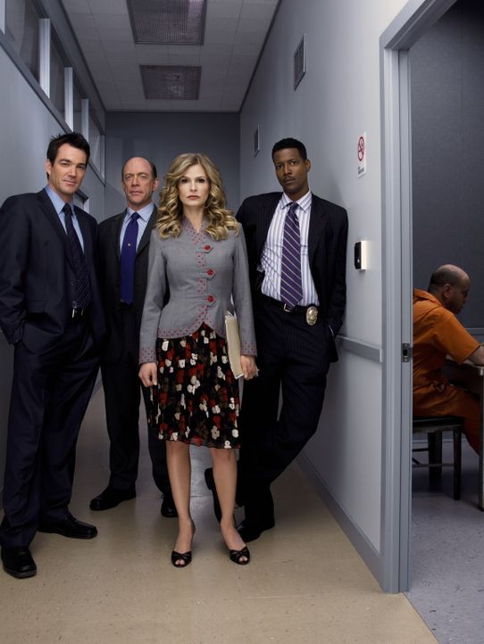 (2. Staffel) - Stehen Deputy Chief Brenda Leigh Johnson (Kyra Sedgwick, M.) bei der Klärung der Mordfälle bei: FBI Agent Fritz Howard (Jon Tenney, l... - Bildquelle: Warner Brothers