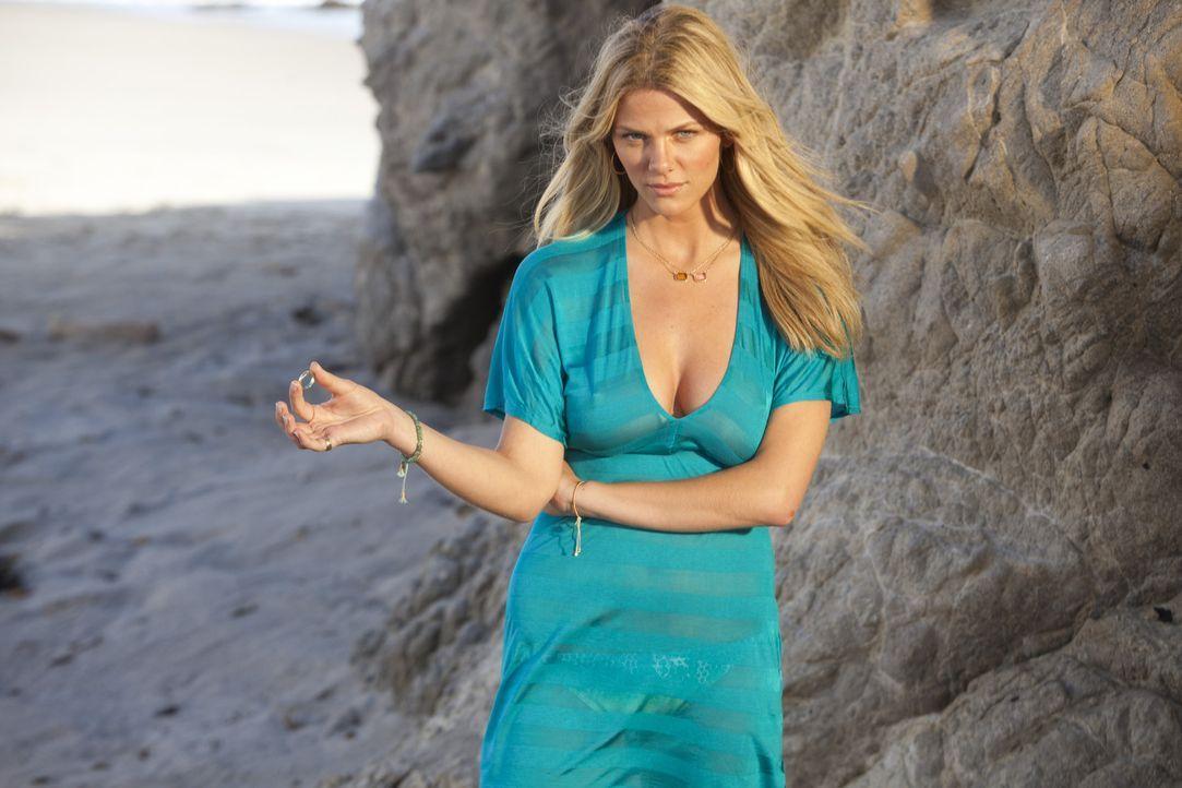 Als Palmer (Brooklyn Decker) Dannys Ehering am Strand findet, ist sie sofort davon überzeugt, dass der Schönheitschirurg das typische verheiratete... - Bildquelle: 2011 Columbia Pictures Industries, Inc. All Rights Reserved.