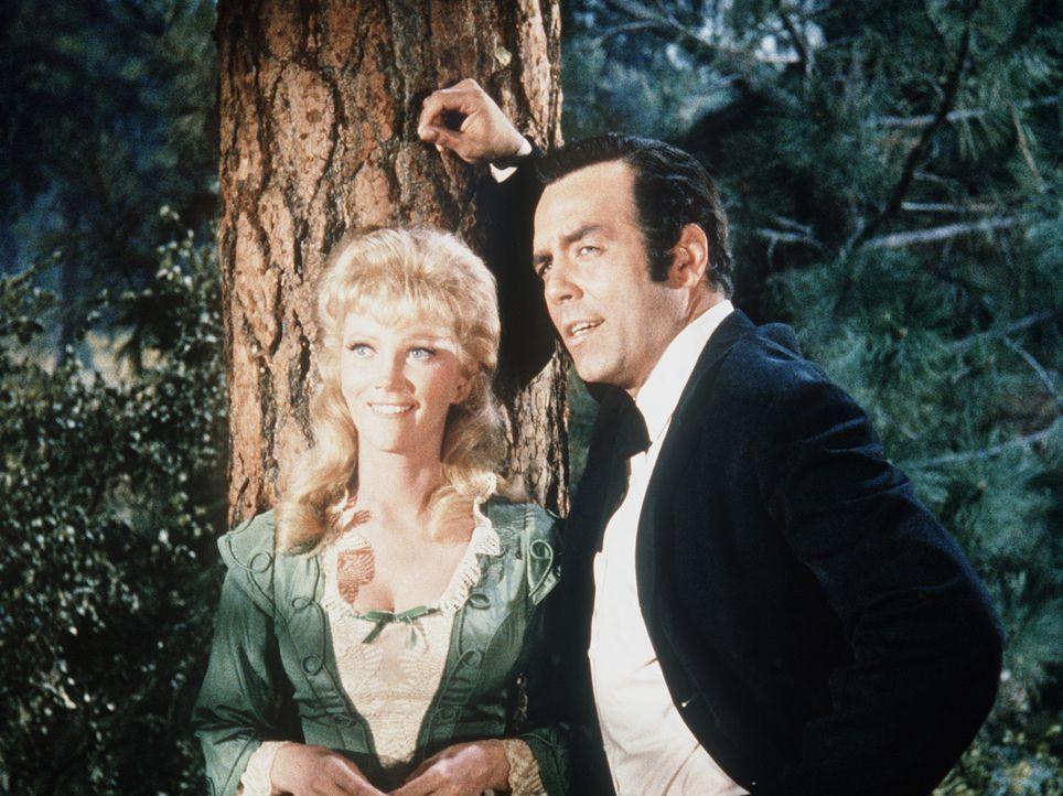Adam (Pernell Roberts, r.) verbringt viel Zeit mit der jungen Witwe Laura Dayton (Kathie Browne, l.). Alle rechnen fest mit einer Heirat - bis auf d... - Bildquelle: Paramount Pictures