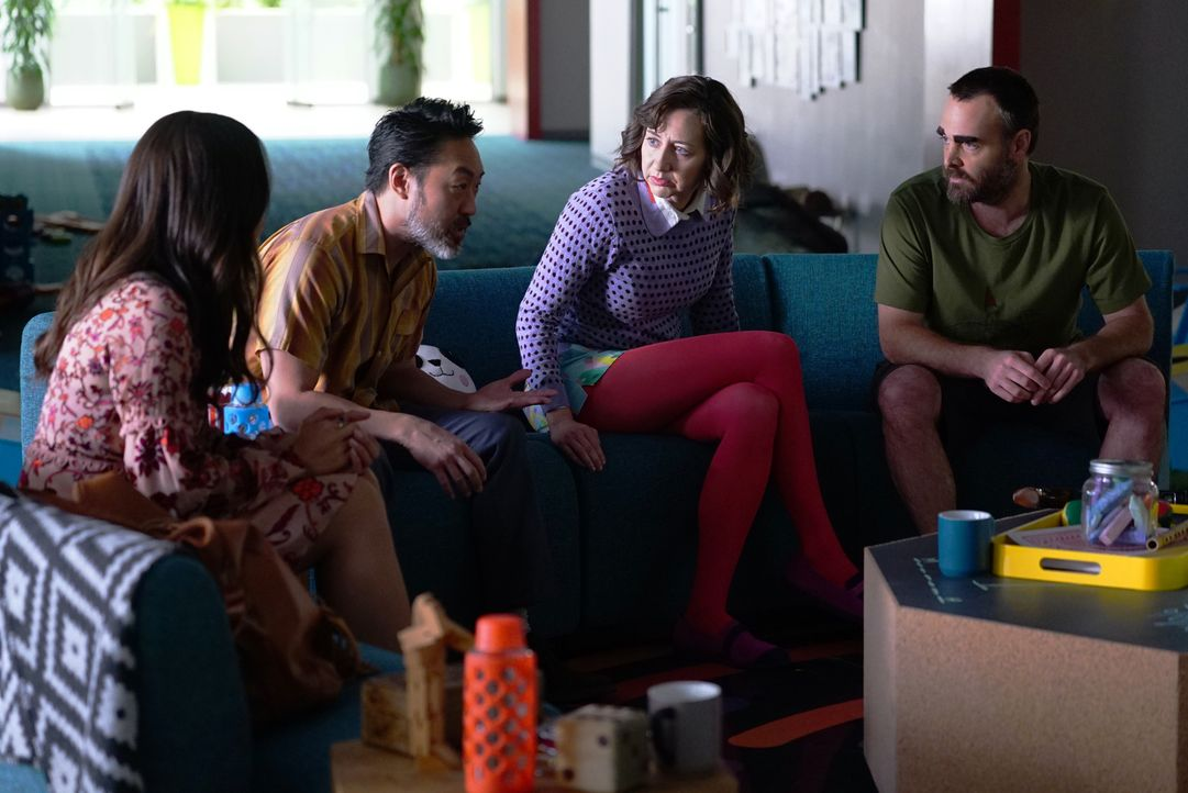 Ahnen noch immer nicht, wie schlecht es um Gail steht: Erica (Cleopatra Coleman, l.), Lewis (Kenneth Choi, 2.v.l.), Carol (Kristen Schaal, 2.v.r.) u... - Bildquelle: 2016 Fox and its related entities. All rights reserved.