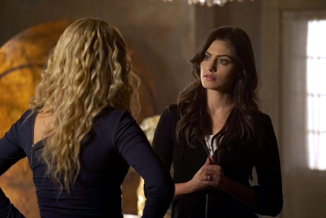 Hayley (Phoebe Tonkin, r.) ist entsetzt, als ihr bewusst wird, was die Magie des Dolches mit Rebekah (Claire Holt, l.) anstellt. Wird ihre Freundsch... - Bildquelle: Warner Bros. Entertainment Inc.