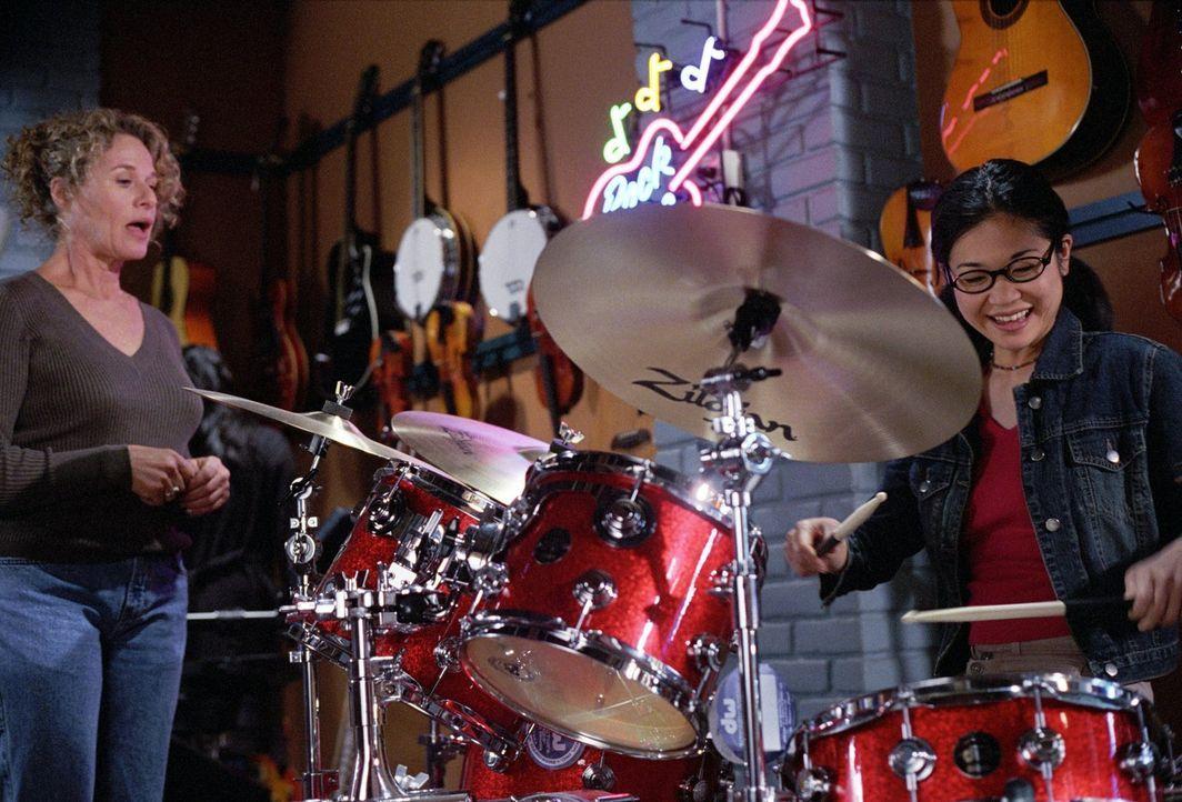 Die ehemalige New Yorkerin Sophie Bloom (Carole King, l.) eröffnet in Stars Hollow den ersten Musikladen und Lane (Keiko Agena, r.) setzt sich in de... - Bildquelle: 2001 Warner Bros. Entertainment, Inc.