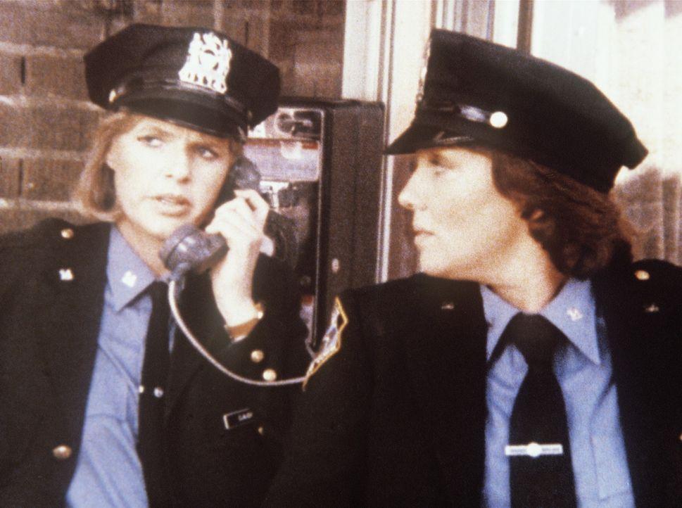 Weil ihre Kollegen streiken, müssen Cagney (Sharon Gless, l.) und Lacey (Tyne Daly) wieder Streife fahren. - Bildquelle: ORION PICTURES CORPORATION. ALL RIGHTS RESERVED.