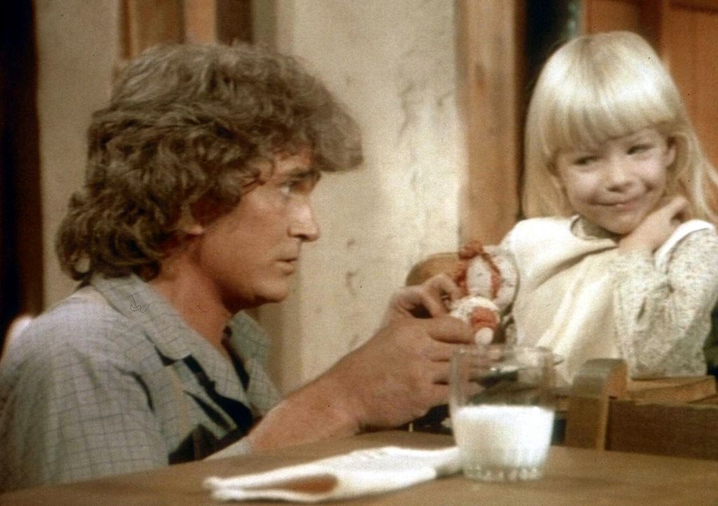 Diesen Abend muss sich Charles (Michael Landon, l.) um die kleine Grace kümmern. Denn Caroline arbeitet noch in der Restaurantküche. - Bildquelle: Worldvision