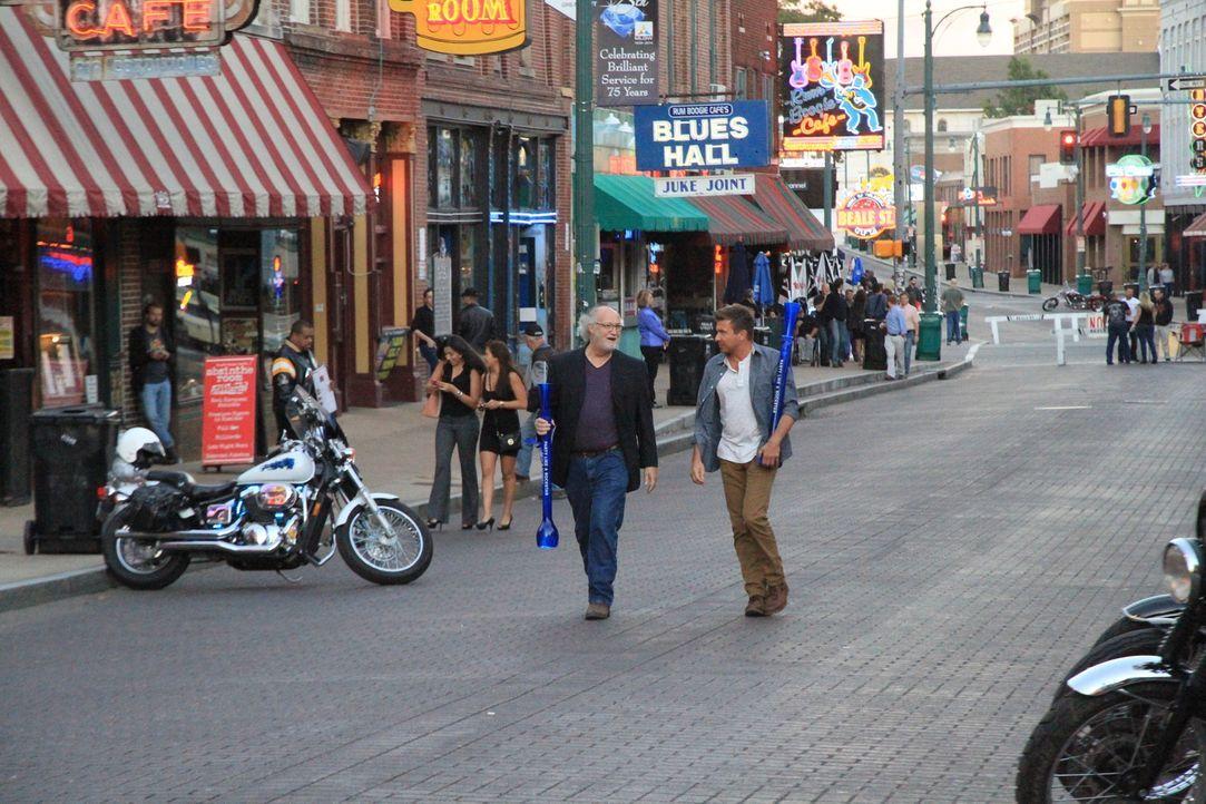 Wie trinkt man(n) in Tennessee? Jack (r.) und der Schriftsteller und Filmemacher Willy Bearden (l.) schlendern durch die Beale Street in Memphis und... - Bildquelle: 2014, The Travel Channel, L.L.C. All Rights Reserved.