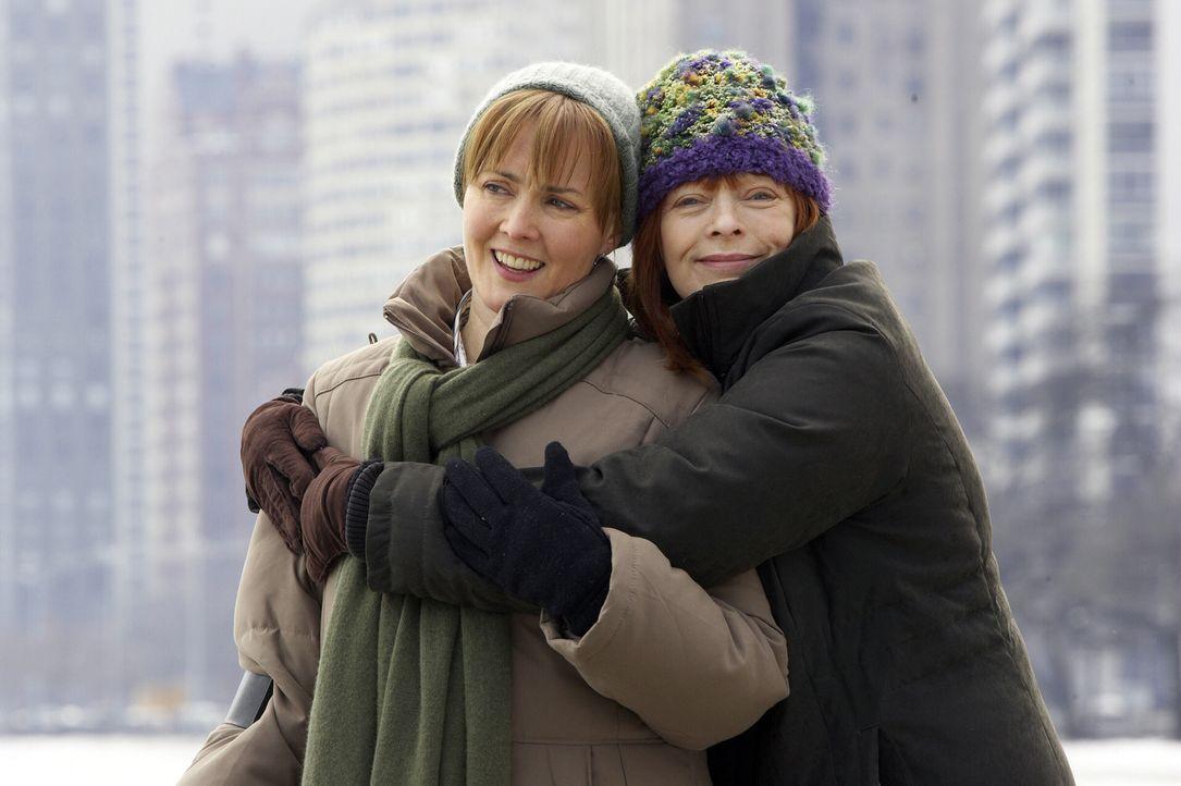 Noch ist alles in Ordnung: Kerry (Laura Innes, l.) und Helen (Frances Fisher, r.) ... - Bildquelle: WARNER BROS