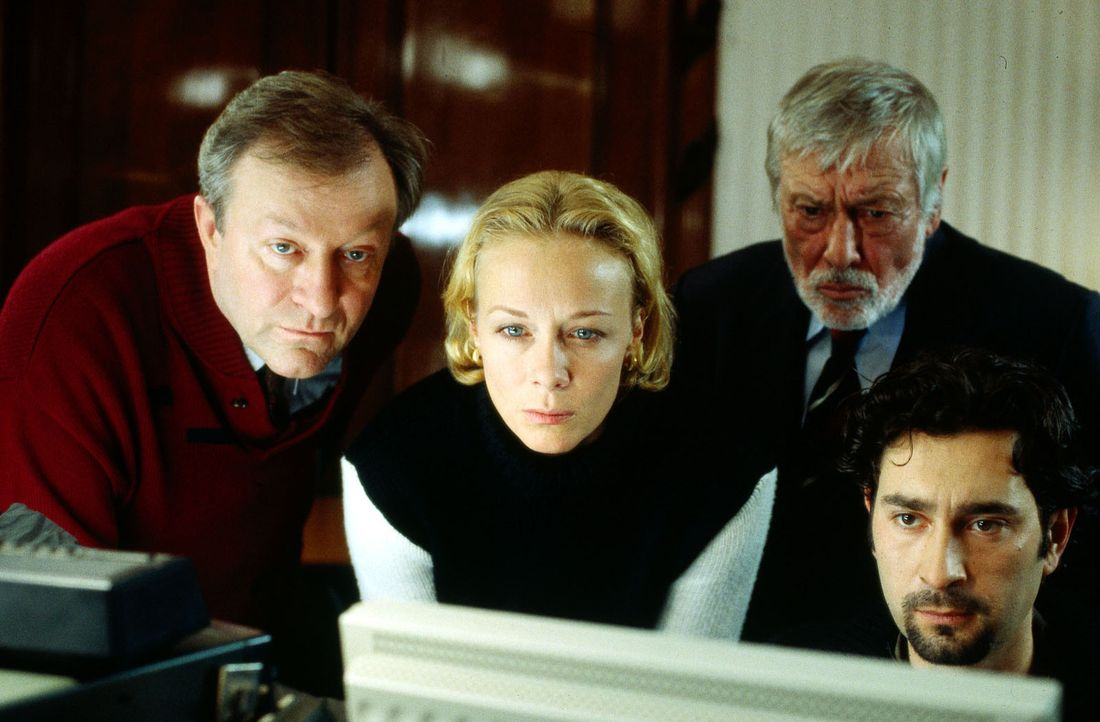 Franziska Sommer (Katja Riemann, 2.v.l.) ist skeptisch. Gemeinsam mit Moll (Dietmar Schönherr, 2.v.r.) verfolgt sie die Ermittlungen von Kommissar P... - Bildquelle: Thorsten Jander Sat.1