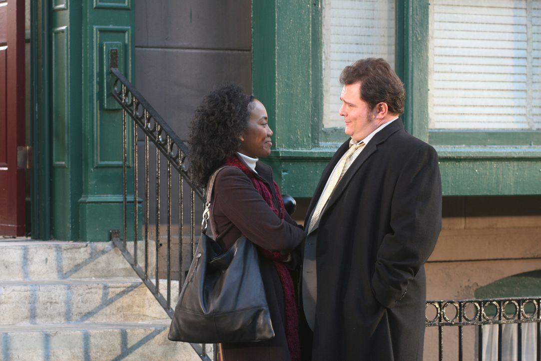 Verstehen sich gut: Nick (Jeremy Ratchford, r.) und Toni (Sonja Sohn, l.) ... - Bildquelle: Warner Bros. Television