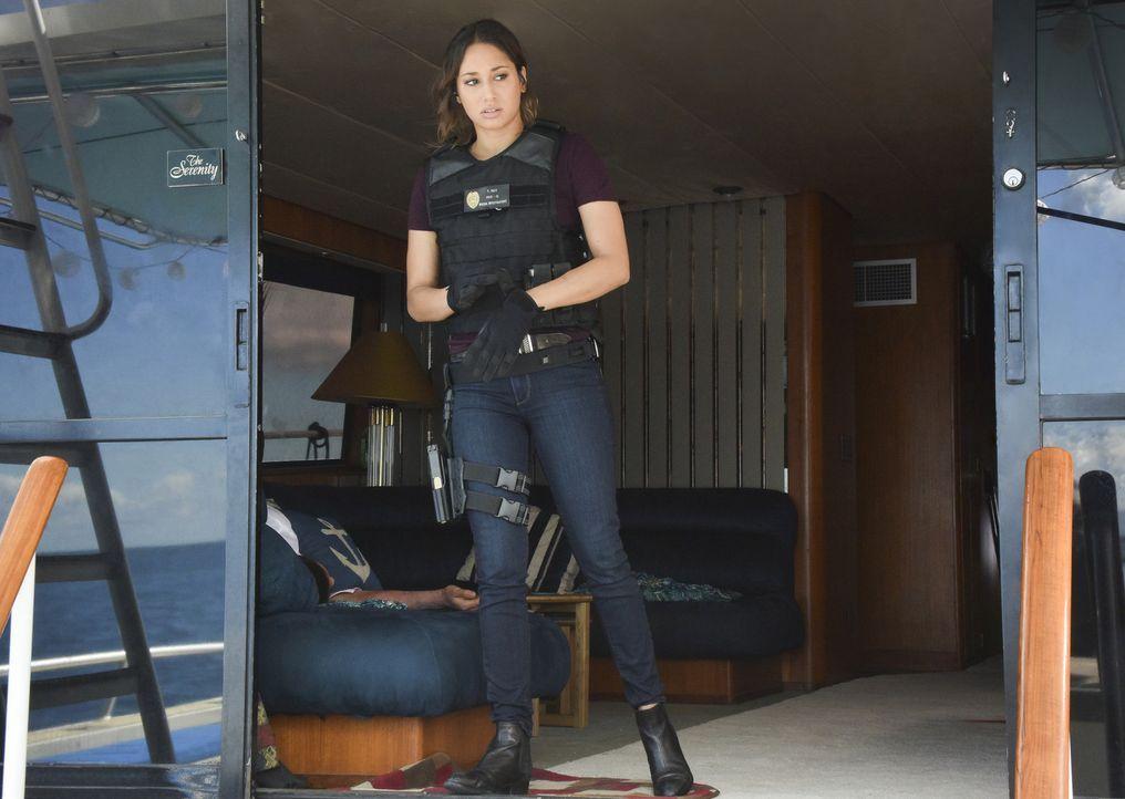 Als eine Frau von der Küstenwache aus einem Rettungsboot geborgen wird, führt Tani (Meaghan Rath) und das Five-0 die Spur auf eine Yacht, dessen Pas... - Bildquelle: Norman Shapiro 2017 CBS Broadcasting Inc. All Rights Reserved.