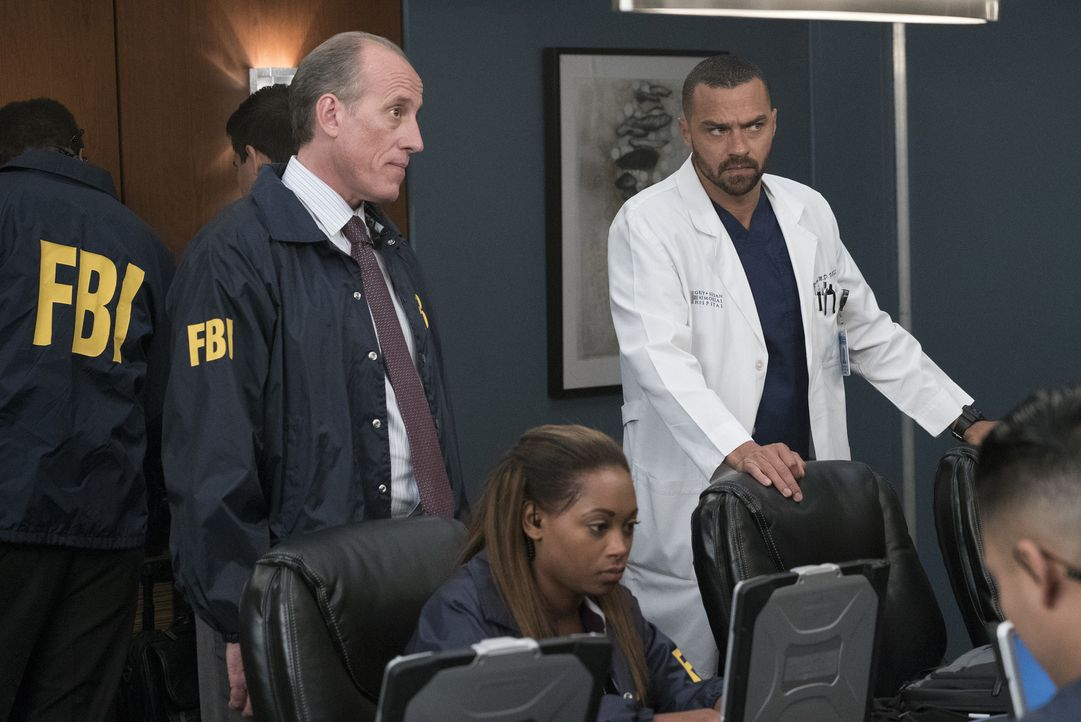 Als FBI Agent Heyward (Alex Fernandez, l.) und dessen Kollegen nicht helfen können, die Hacker zu stoppen, soll Jackson (Jesse Williams, r.) das Lös... - Bildquelle: Richard Cartwright 2017 American Broadcasting Companies, Inc. All rights reserved.