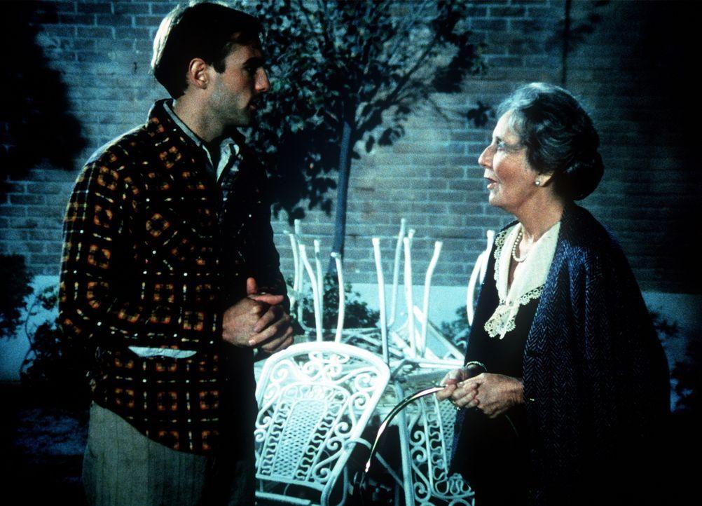 """Der """"Fremde"""" (Ned Bellamy, l.), ein deutscher Kriegsgefangener, der aus einem Lager ausgebrochen ist, taucht plötzlich bei Miss Emily (Mary Jackson,... - Bildquelle: WARNER BROS. INTERNATIONAL TELEVISION"""