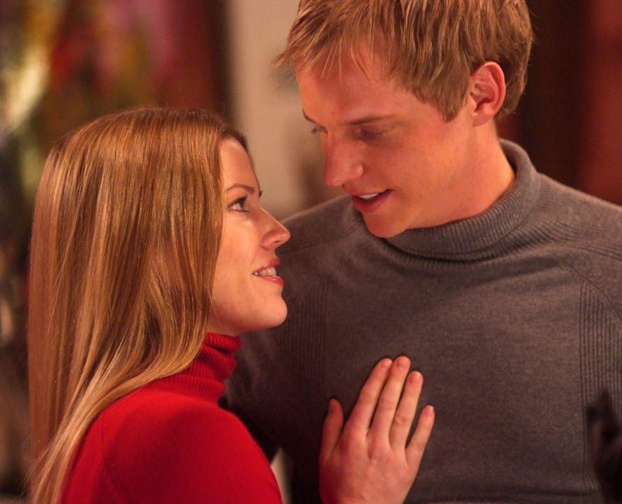 Haben sich gefunden: Prinz Edvard (Luke Mably, r.) von Dänemark und die bürgerliche Paige Morgan (Kam Henskin, l.) ... - Bildquelle: Nu Image Films