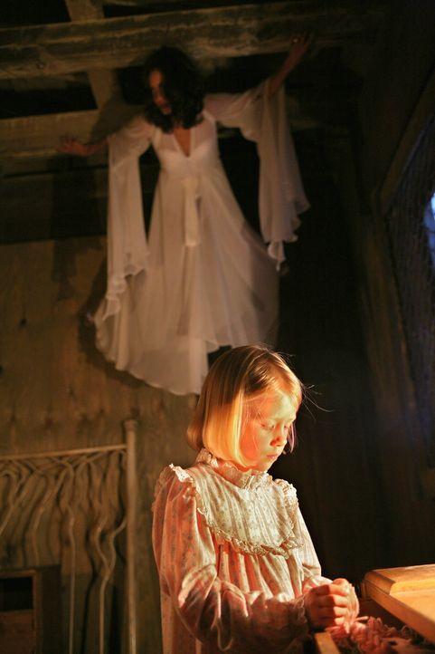 Eines Tages wird die kleine Beth (Amayla und Bryn Early, vorne) von der Vampirin Coraline (Shannyn Sossamon, hinten) entführt. Diese hat mit dem Mäd... - Bildquelle: Warner Brothers