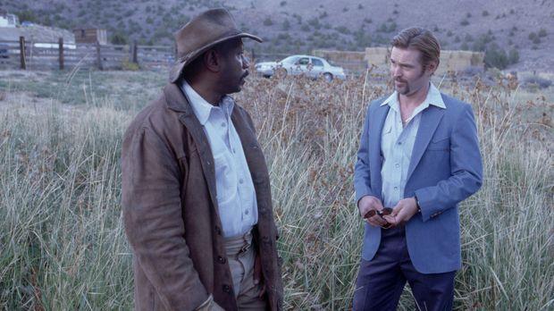 Eddie Burns (Ving Rhames, l.) will nicht glauben, was ihm Cal Brody (Bill Sag...