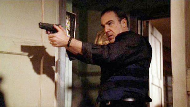 Auf der Suche nach Reid durchsucht Special Agent Jason Gideon (Mandy Patinkin...