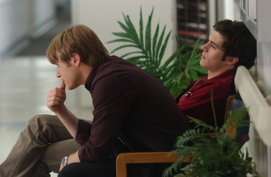 Während Marissa merkt, dass sie mehr als nur Freundschaft für Alex empfindet, warten Ryan (Benjamin McKenzie, l.) und Seth (Adam Brody, r.) im Kra... - Bildquelle: Warner Bros. Television