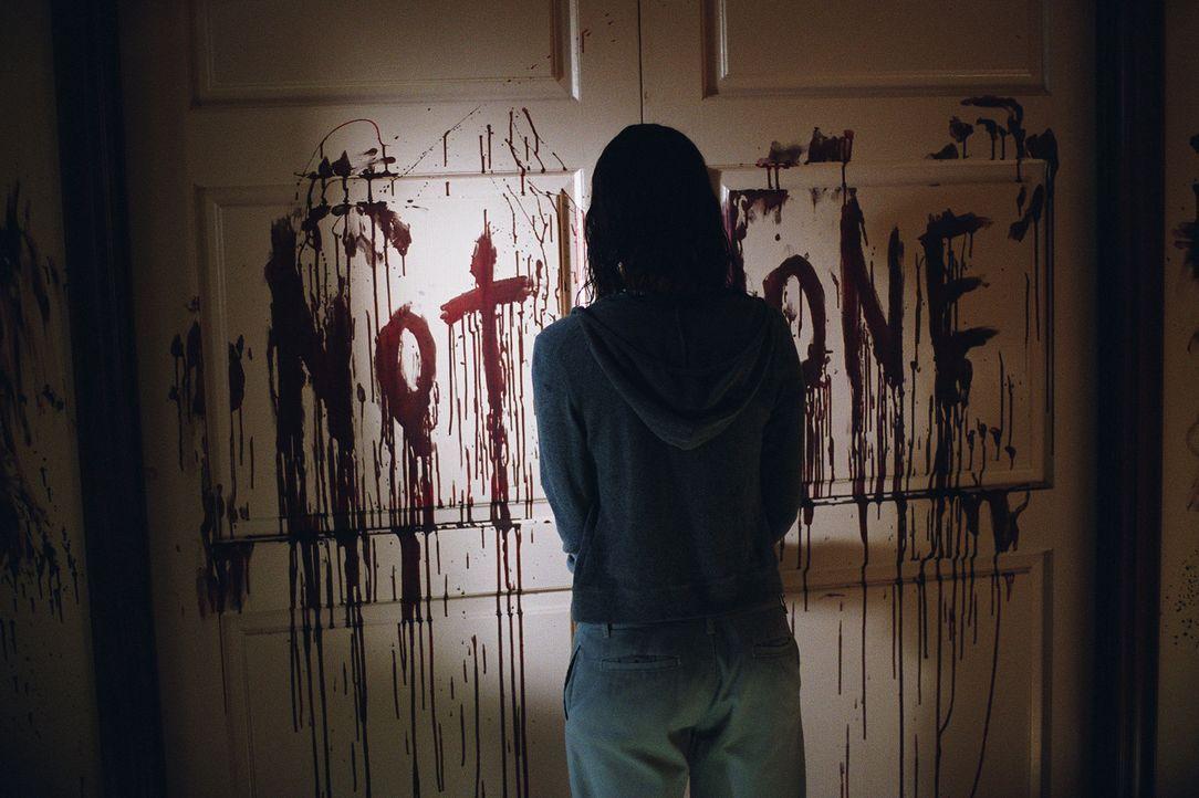 Wird von einem ruhelosen und rachsüchtigen Geist nachts in ihrer Zelle attackiert: Dr. Miranda Grey (Halle Berry) ... - Bildquelle: 2004 Sony Pictures Television International. All Rights Reserved.