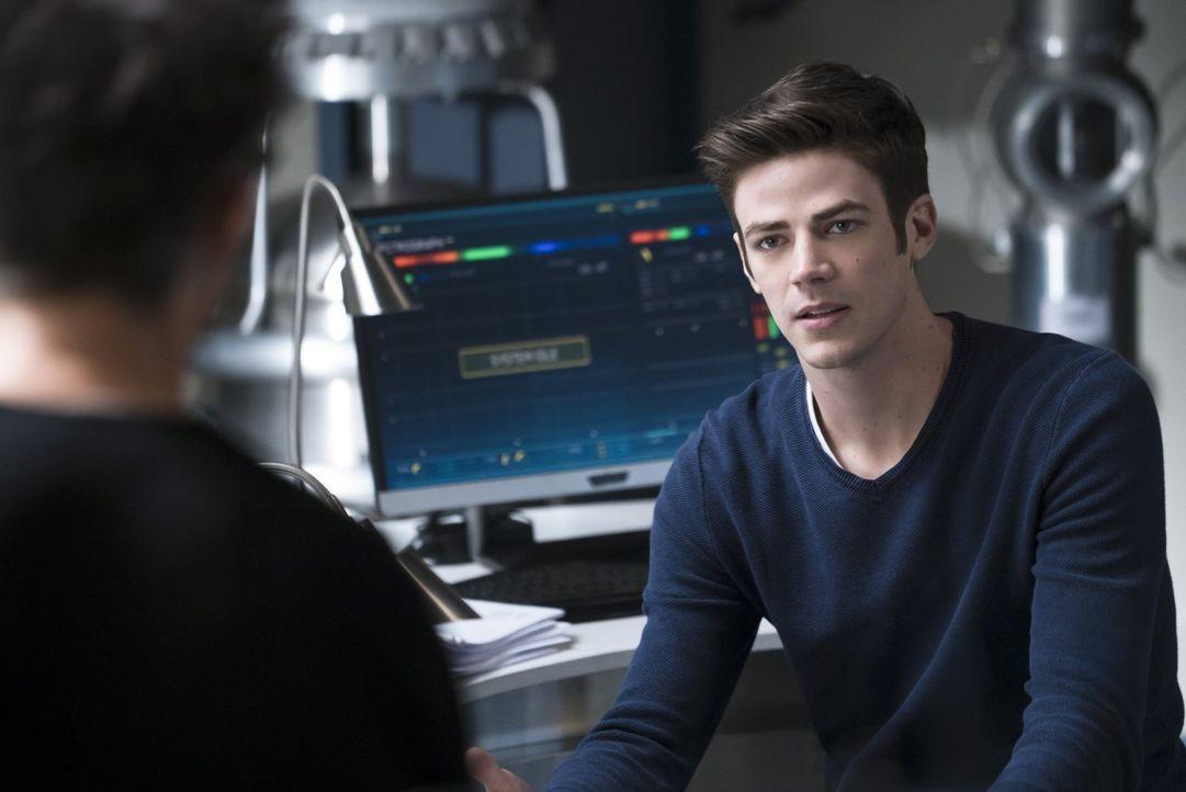 Setzt Barry (Grant Gustin) zu großes Vertrauen in Dr. Wells? - Bildquelle: 2015 Warner Brothers.
