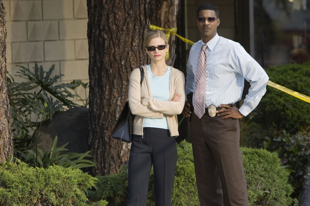 Brenda (Kyra Sedgwick, l.) und Gabriel (Corey Reynolds, r.) stehen vor einem Rätsel: Hat Mundy seinen HIV-Test gefälscht? Oder könnten die Eigentüme... - Bildquelle: Warner Brothers