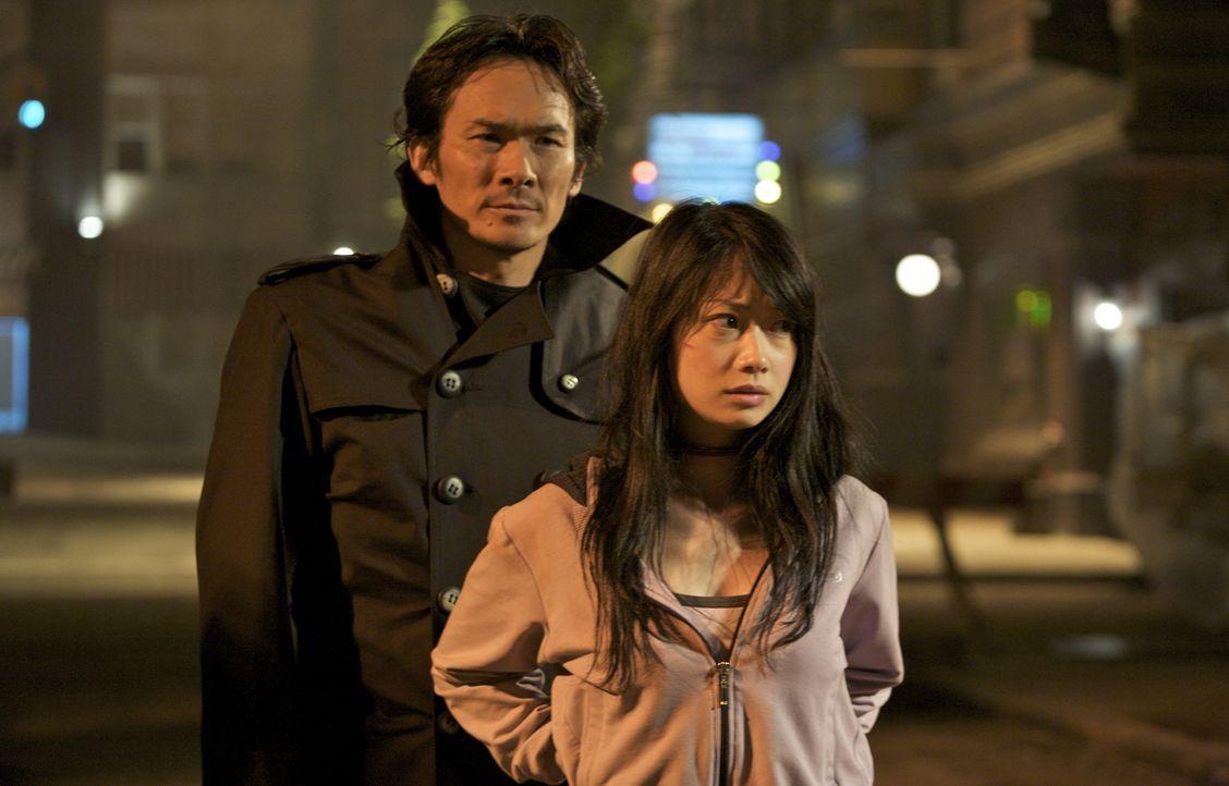 Masazuka (Tsuyoshi Ihara, l.) will neben dem größten Ninja-Schatz nur noch eines: Senseis Tochter Namiko (Mika Hijii, r.) ... - Bildquelle: Nu Image