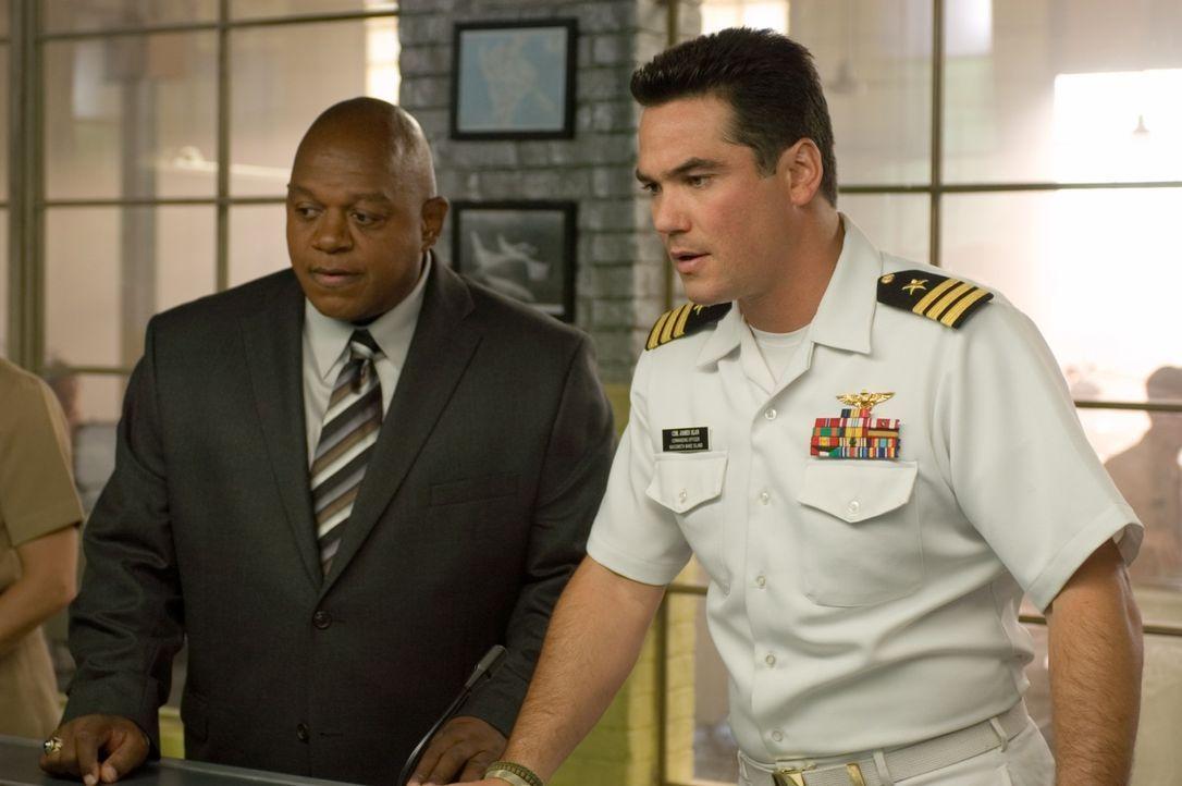 Den Navy-Offizieren James Slan (Dean Cain, r.) und Randolph Hennings (Charles S. Dutton, l.) bedeutet ein Menschenleben herzlich wenig, wenn es daru... - Bildquelle: Columbia Broadcasting System