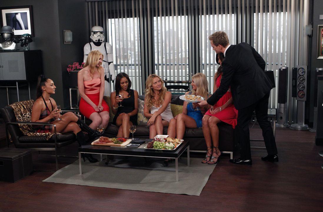Während Ted und Victoria überlegen, wie sie Klaus aus Teds Gästezimmer bekommen, geraten Quinn (Becki Newton, M.) und Barney (Neil Patrick Harris, r... - Bildquelle: 20th Century Fox International Television