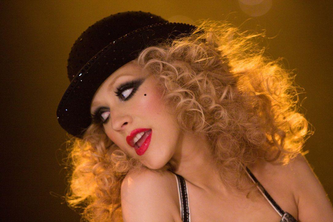 Nur mit einer riesigen Portion Glück gelingt es Ali (Christina Aguilera), ihre gigantische Stimme der skeptischen Tess zu präsentieren ... - Bildquelle: 2010 Screen Gems, Inc. All Rights Reserved.