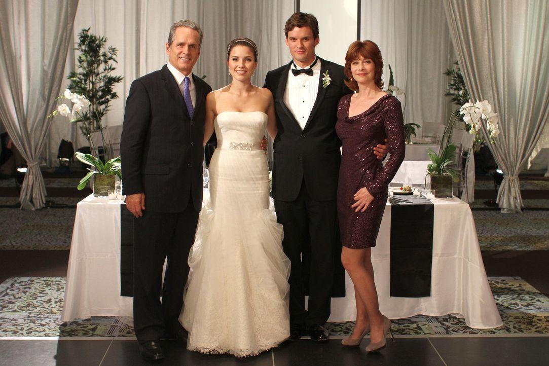 Paul (Gregory Harrison, l.) und Sylvia (Sharon Lawrence, r.) zeigen Brooke (Sophia Bush, 2.v.l.) und Julian (Austin Nichols, 2.v.r.), wie sie selber... - Bildquelle: Warner Bros. Pictures