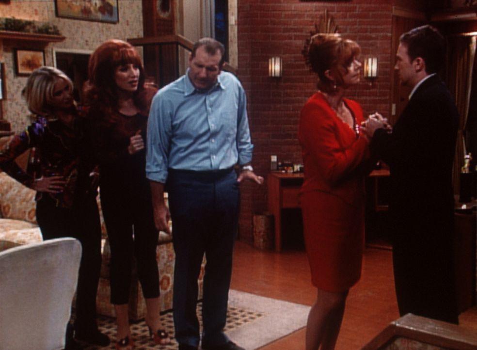 Familiendrama bei den Bundys: Wird Bud (David Faustino, r.) eine Frau, Gary (Janet Carroll, 2.v.r.), heiraten, die seine Großmutter sein könnte? K... - Bildquelle: Columbia Pictures