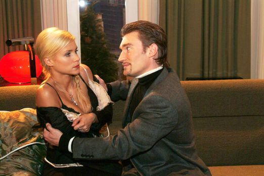 Verliebt in Berlin - Richard (Karim Köster, r.) verlangt von Sabrina (Nina-Fr...