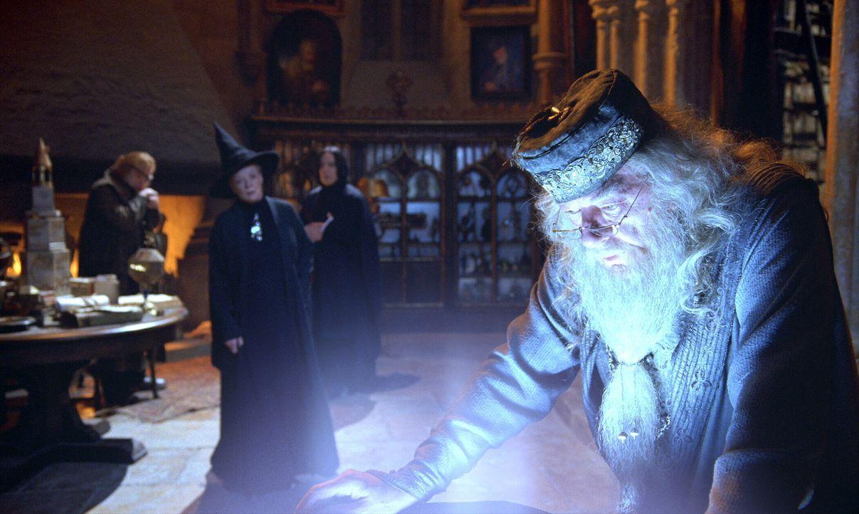 Professor Dumbledore (Michael Gambon, vorne) staunt nicht schlecht, als der Feuerkelch Harrys Namen als Anwärter für das bevorstehende Turnier aussp... - Bildquelle: 2005 Warner Bros. Ent. Harry Potter Publishing Rights. J.K.R.