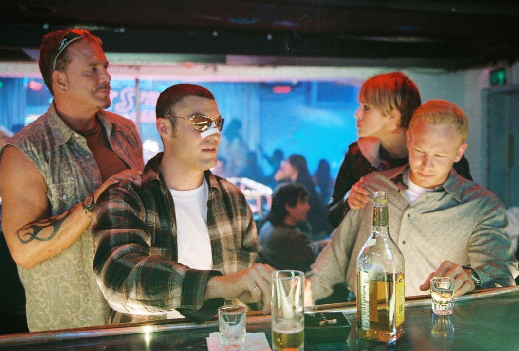 In einem Striptease-Club in Las Vegas treffen Ed (Mickey Rourke, l.) und Domino (Keira Knightley, 2.v.r.) auf zwei Moderatoren einer Realityshow. Ku... - Bildquelle: Constantin Film