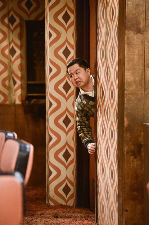 Oleg und Earl haben das Gefühl, dass Han (Matthew Moy) seit Carolines und Max' Abwesenheit noch cholerischer ist, als vorher ... - Bildquelle: 2016 Warner Brothers