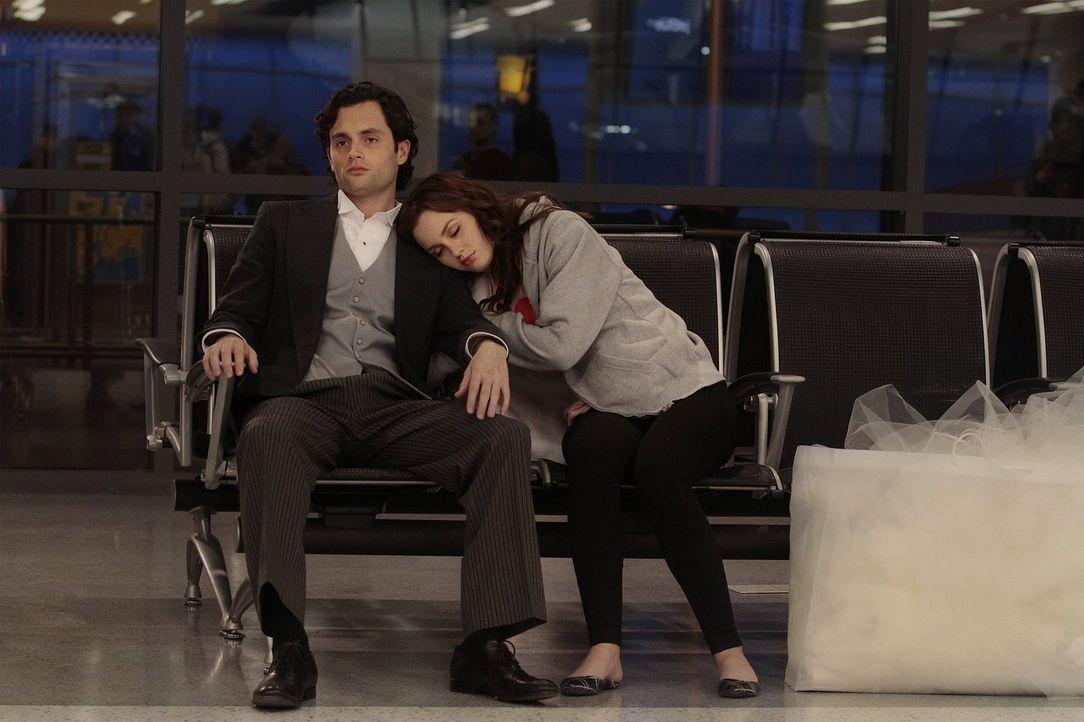 Während die geschockte Blair (Leighton Meester, r.) mit Dan (Penn Badgley, l.) von ihrem eigenen Hochzeitsempfang flieht, nimmt Serena die Schuld fü... - Bildquelle: Warner Bros. Television