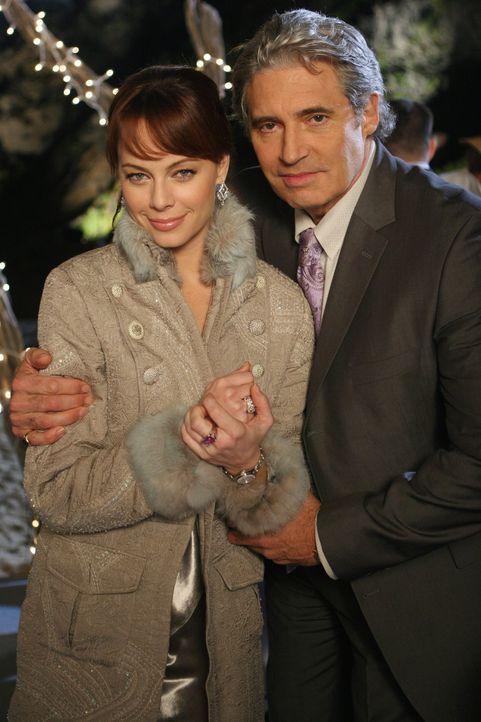 Hat ihre Liebe eine Chance?: Julie (Melinda Clarke, l.) und Dr. Roberts (Michael Nouri, r.) ... - Bildquelle: Warner Bros. Television