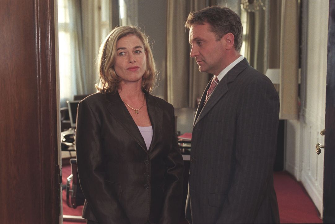 Roman (Bernhard Schir, r.) wird zu seiner eigenen Überraschung zum Verteidiger von Angela Beck (Ingrid Sattes, l.) im Prozess gegen Tabea Wolf. Dabe... - Bildquelle: Claudius Pflug Sat.1