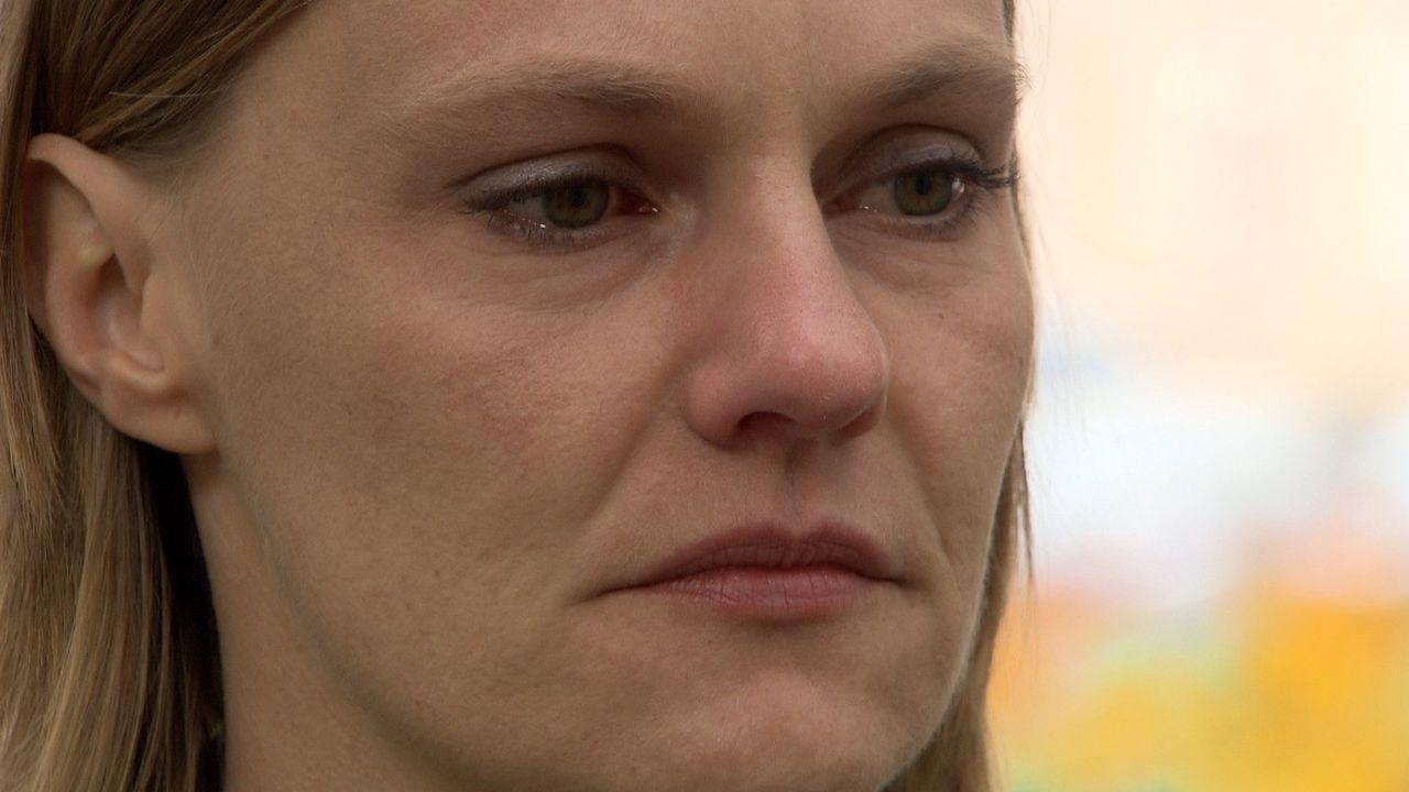 Die 27-jährige Lena Holl lebt in einem emotionalen Gefängnis. Die junge Polizeibeamtin ist lesbisch - doch geoutet hat sie sich bisher nur im engs... - Bildquelle: SAT.1