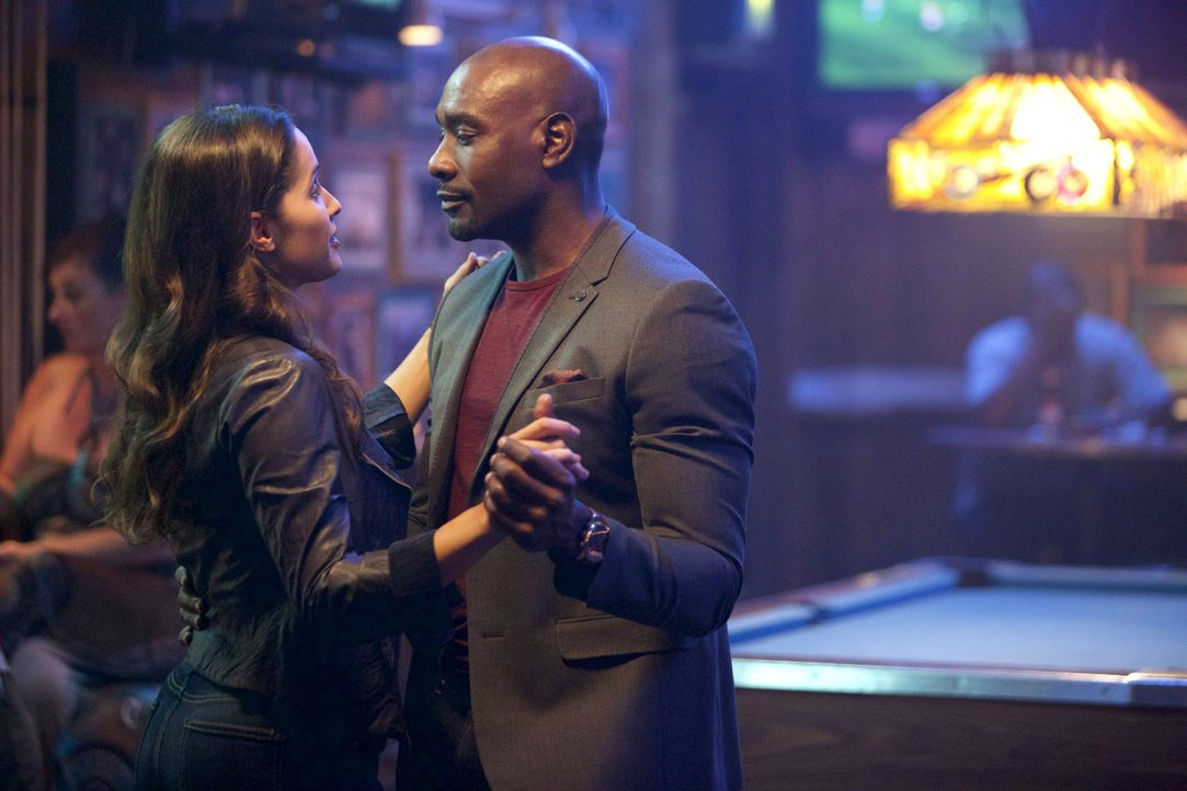Als Villa (Jaina Lee Ortiz, l.) beim Treffpunkt eintrifft, um ihre Wettschuld einzulösen, erwartet sie ein gutgelaunter Rosewood (Morris Chestnut, r... - Bildquelle: 2015-2016 Fox and its related entities.  All rights reserved.