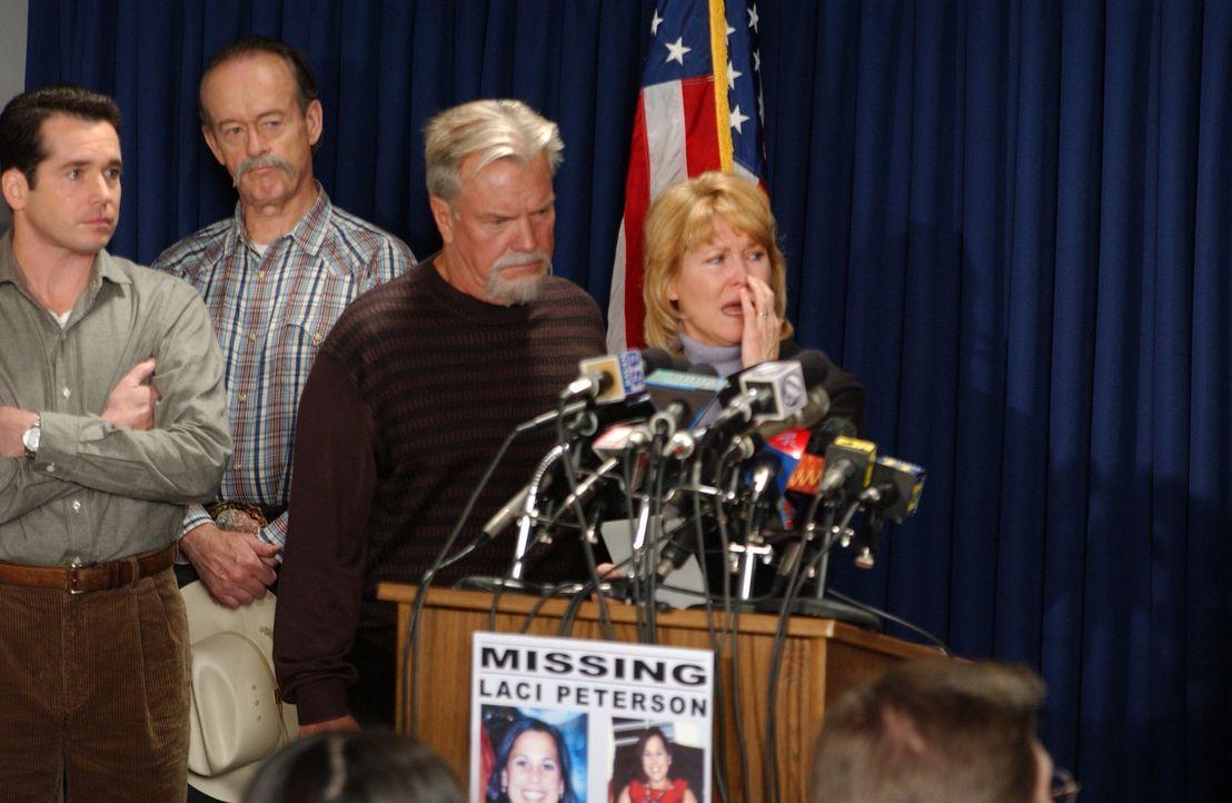 Lacis Mutter, Sharon Rocha (Dee Wallace-Stone, r.) und ihr Stiefvater Ron Grantski (Peter Jason, 2.v.r.), können es immer noch nicht glauben, dass... - Bildquelle: 2004 Sony Pictures Television Inc. All Rights Reserved.