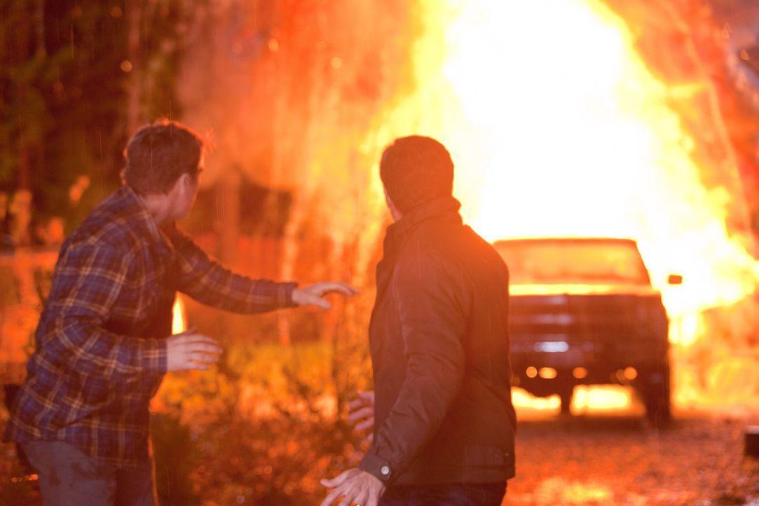 Der Fluchtwagen explodiert. Wohin können Chance (Mark Valley, l.) und Bob (Todd Grinnell, r.) jetzt fliehen? - Bildquelle: 2011  Warner Bros.