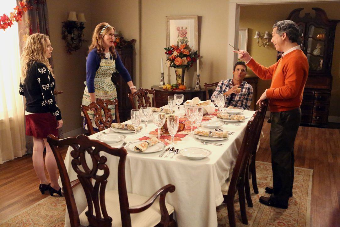 Thanksgiving verläuft im Hause Shay nicht ganz so wie geplant: Sheila (Ana Gasteyer, 2.v.l.), Lisa (Allie Grant, l.), Fred (Chris Parnell, r.) und R... - Bildquelle: Warner Brothers