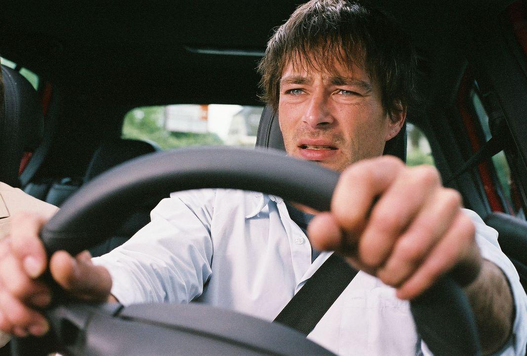 An seinem ersten Arbeitstag an seiner neuen Arbeitsstelle gerät der leidenschaftliche Autofahrer Ben (Jan Sosniok) in eine gnadenlose Fahrt auf Leb... - Bildquelle: Prosieben
