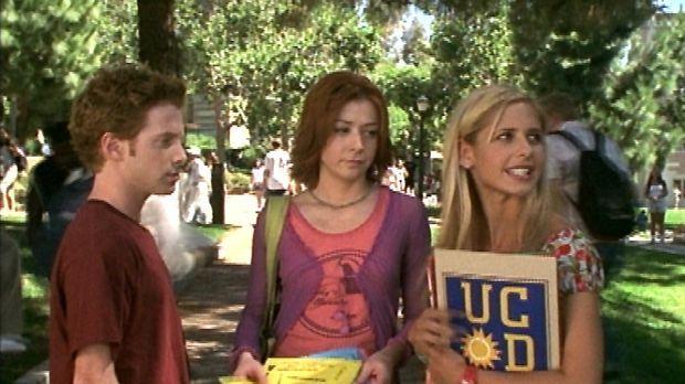 (v.r.n.l.) Buffy (Sarah Michelle Gellar) findet sich auf dem Campus nicht zur...